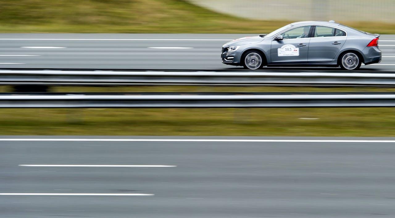 Een zelfrijdende auto over de A2