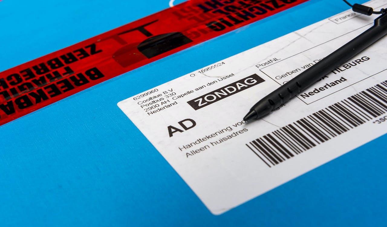 TILBURG -PostNL begint test pakketbezorging op zondag. ANP LEX VAN LIESHOUT