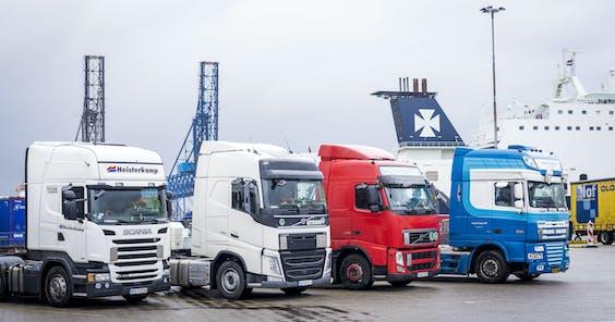 Een ferry wordt geladen met vrachtwagens