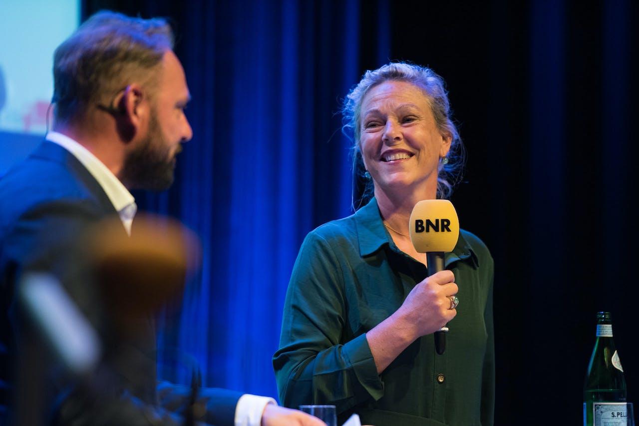 Presentator Meindert Schut in gesprek met Mirjam van Coillie, Directeur Marketing & Innovatie bij Gazelle.