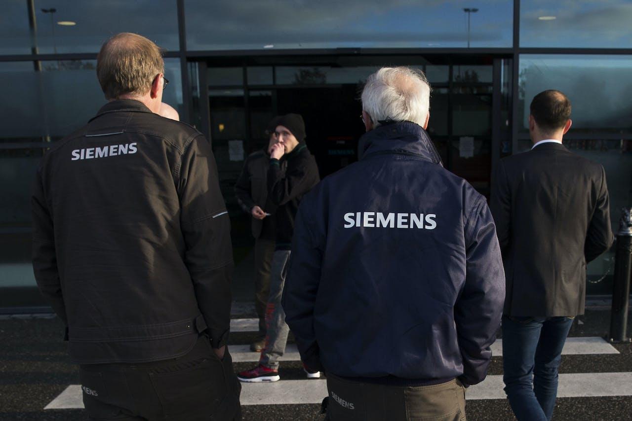 Personeel van het Duitse technologieconcern Siemens wordt bijgepraat over de sluiting van de vestiging in Hengelo op een bijeenkomst in de Grolsch Veste. Er werken zo'n 600 mensen in de vestiging in Hengelo.
