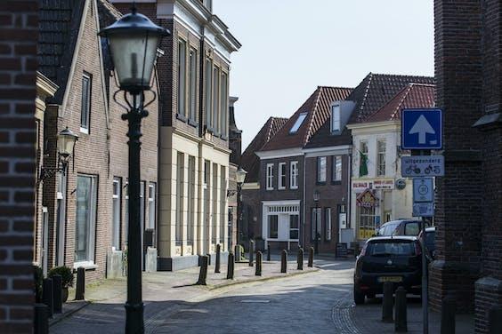 Een lege winkelstraat in Hasselt.