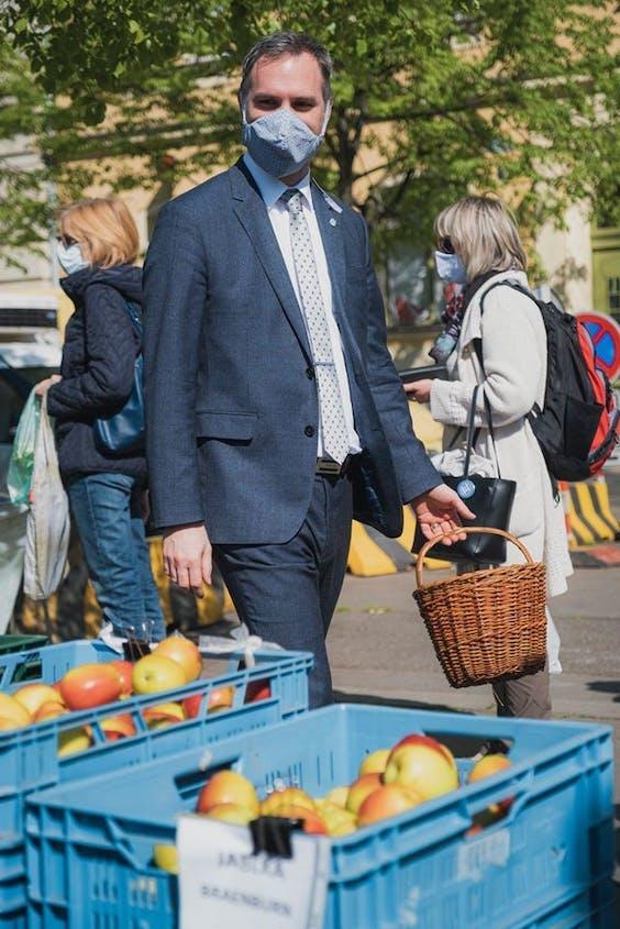 Burgemeester Zdenek Hrib op de markt van 'zijn' Praag