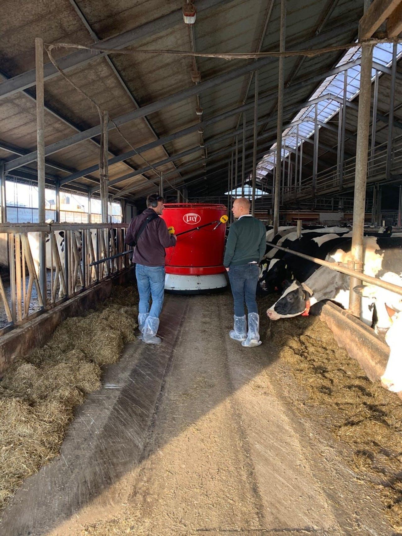 Clemens Duijnisveld van Lely legt verslaggever Martijn de Rijk uit hoe veehouderijen minder stikstof kunnen uitstoten.