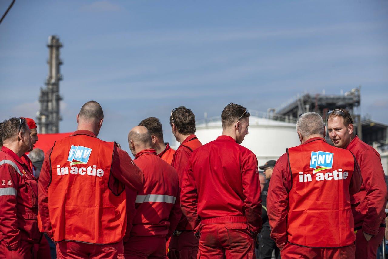 MOERDIJK - Medewerkers van Shell tijdens een manifestatie voor de raffinaderij in Moerdijk. Shell liet een ultimatum van de vakbonden FNV en CNV verstrijken zonder op de eisen voor een nieuwe cao in te gaan. ANP JEROEN JUMELET