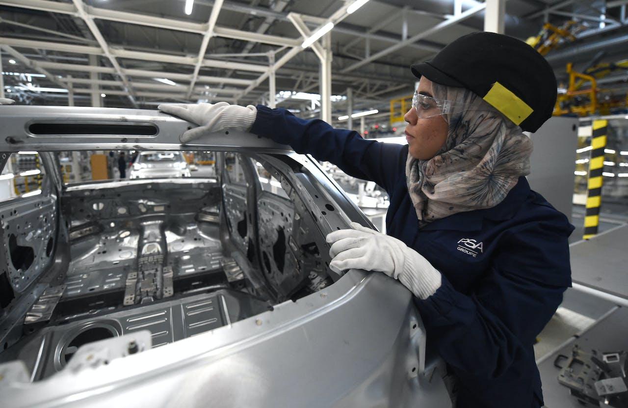 Een werknemer van PSA in de assemblagefabriek van het concern in Marokko