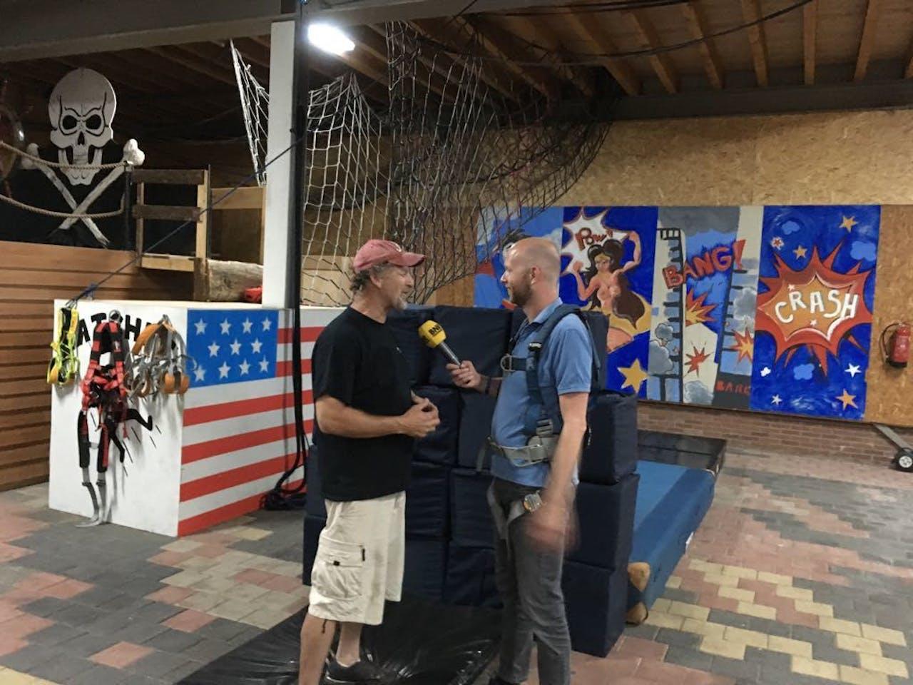 Verslaggever Jeroen Stans (rechts) in gesprek met stuntman Chuck Borden.