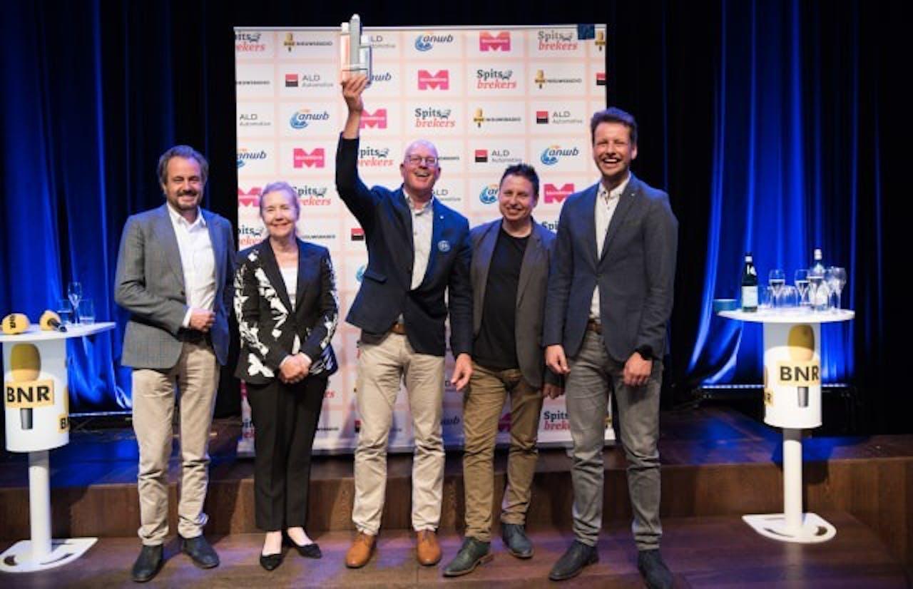 Gerrit van der Kolk (midden) van Medisch Spectrum Twente met de jury van Spitsbrekers