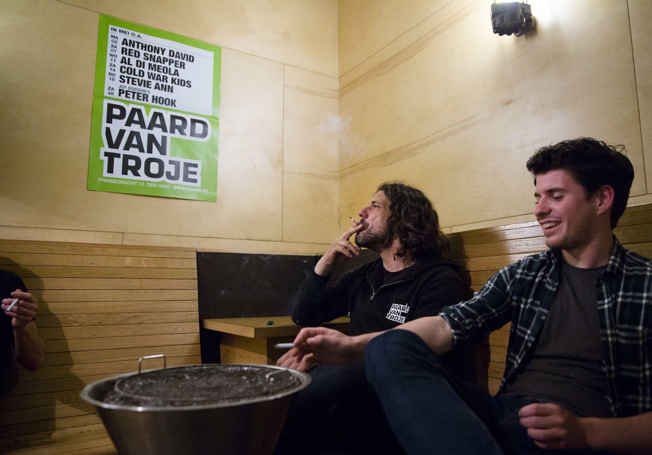 Medewerkers van het Paard van Troje roken in de rookruimte