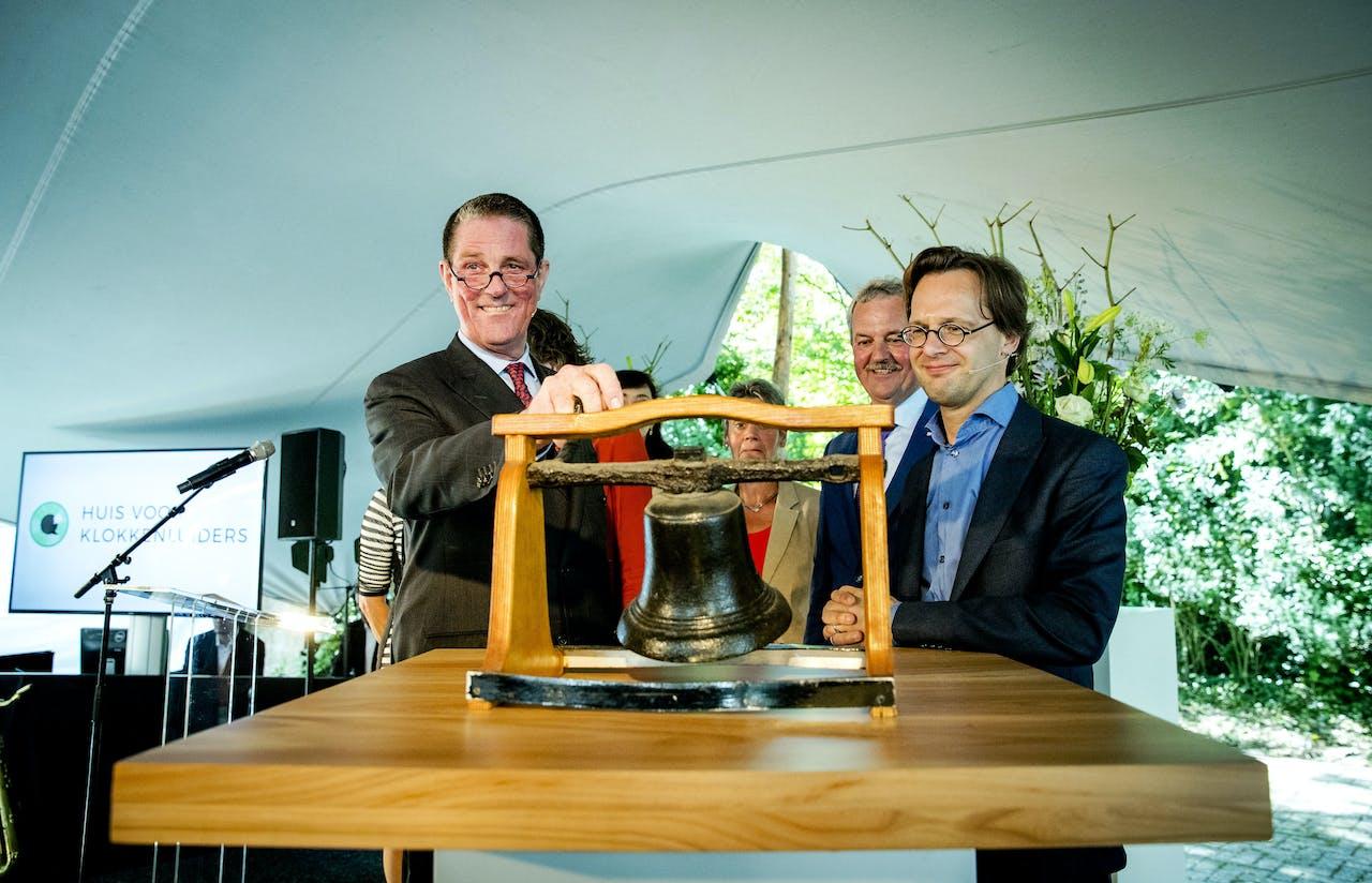 Paul Loven, de eerste voorzitter van het Huis voor Klokkenluiders, en Ronald van Raak (SP) openen het Huis van de Klokkenluiders. Werknemers kunnen er terecht voor vertrouwelijk advies, vragen en steun.