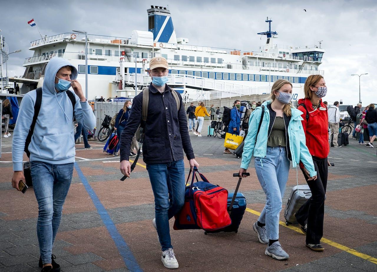 Jongeren komen aan op Terschelling om op vakantie te gaan