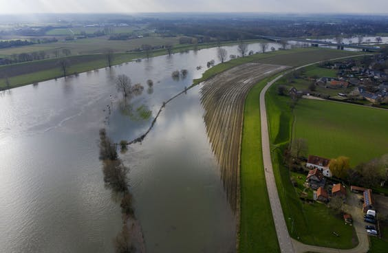 Hoog water in de Maas