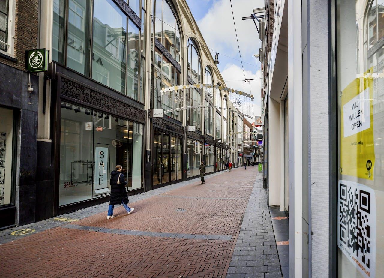 Een lege winkelstraat in het centrum van Amsterdam