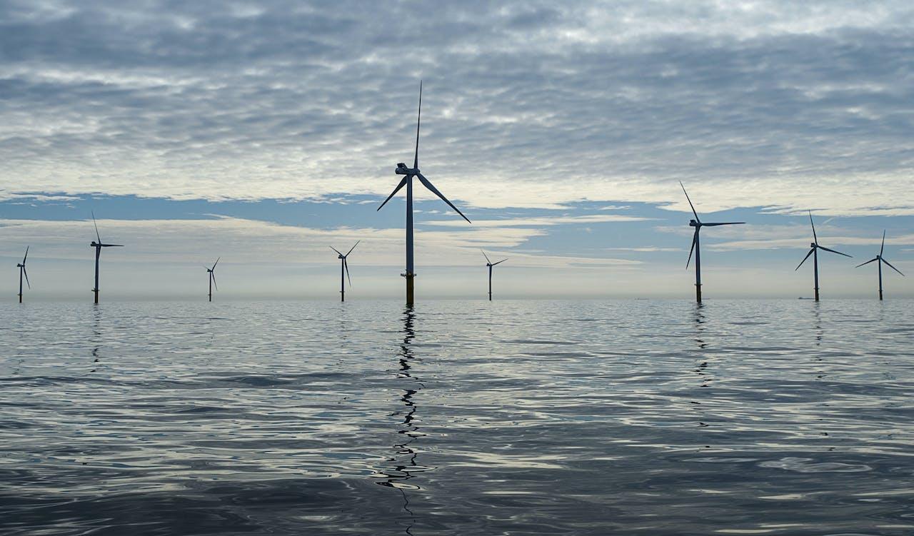 2015-06-25 18:16:10 NOORDZEE - Windmolens reiken boven het wateroppervlakte van de Noordzee, 23 kilometer uit de kust ter hoogte van de strook tussen Zandvoort en Noordwijk. De windmolens zijn onderdeel van windpark Luchterduinen van Eneco. ANP REMKO DE WAAL
