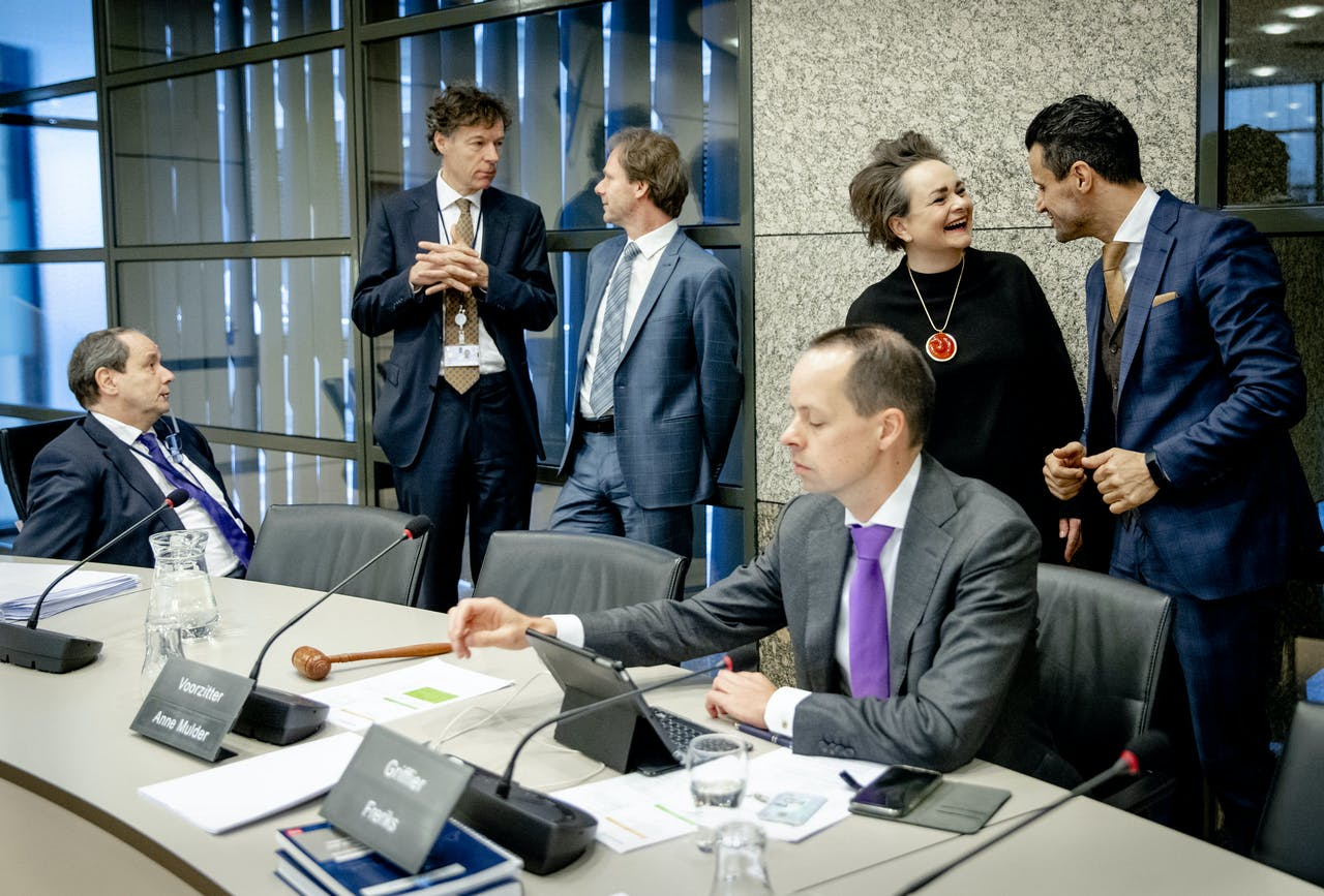 Staatssecretarissen van Financiën Hans Vijlbrief (l) en Alexandra van Huffelen (2r) voorafgaand aan een algemeen overleg in de Tweede Kamer over de Belastingdienst.