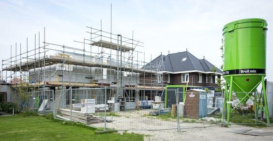 De aankoop van grond voor woningbouw is weer populair onder gemeenten.