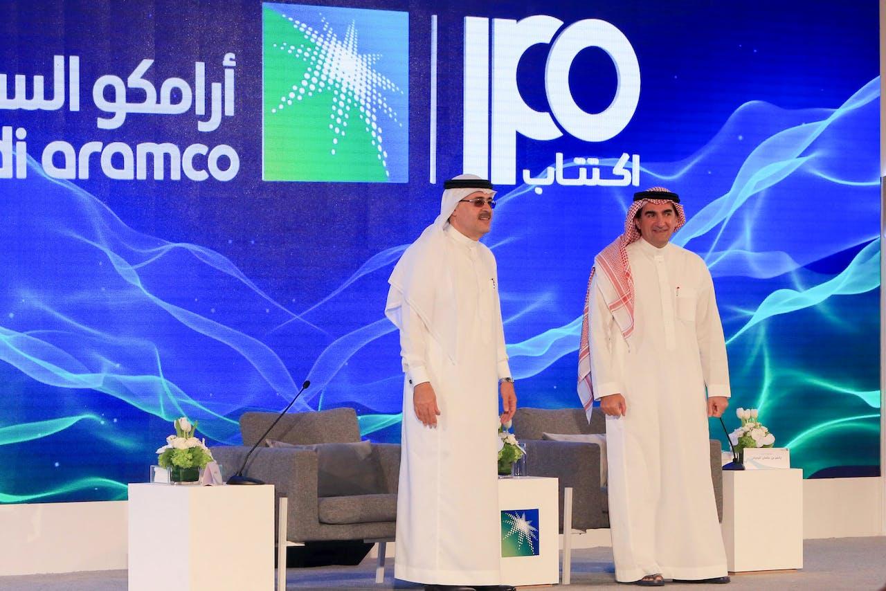 President en CEO van Saudi Aramco Amin Nasser (l) en Aramco's voorzitter Yasir al-Rumayyan
