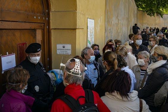 Inwoners van Praag staan in de rij om getest te worden, onderdeel van de exit-strategie van Tsjechië. Tsjechië hoopt op 8 juni de laatste versoepeling van de maatregelen te kunnen invoeren.
