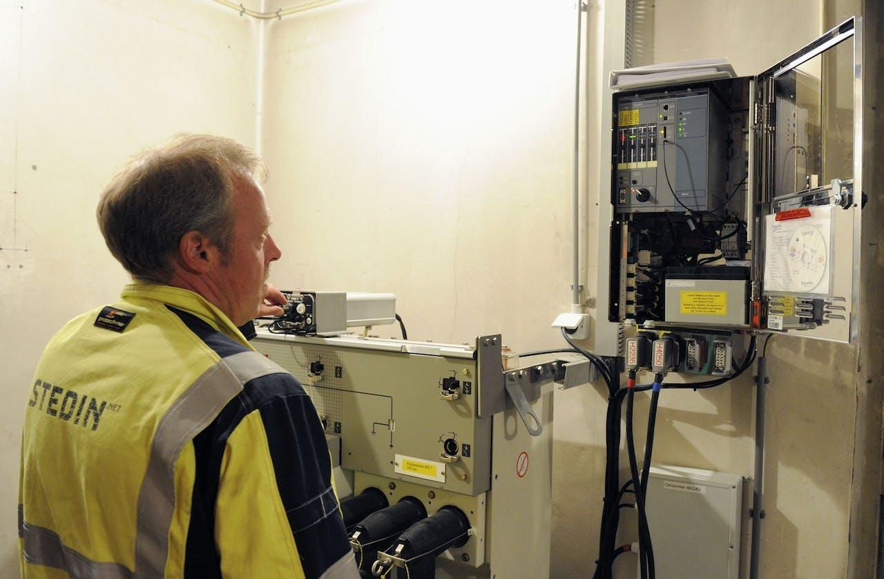 2012-06-25 16:07:28 ROTTERDAM - Een medewerker van netwerkbeheerder Stedin neemt het eerste volledig zelfherstellende elektriciteitsnet ter wereld in gebruik. De duur van storingen wordt door systeem verminderd van gemiddeld twee uur naar een minuut. ANP LEX VAN LIESHOUT
