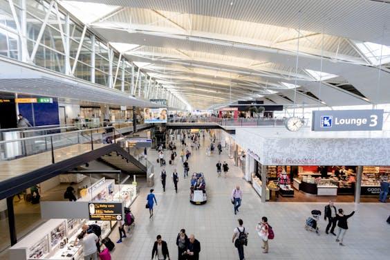 Reizigers winkelen achter de douane