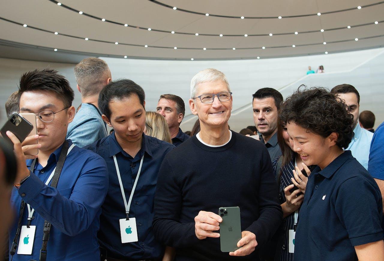 Huidig CEO van Apple, Tim Cook, toont de nieuwste iPhone 11 onder massale belangstelling van pers en influencers in het Apple-hoofdkwartier in Cupertino, Californië (VS).