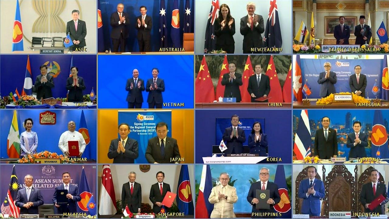 De leiders en handelsministers van de vijftien landen die het RCEP-verdrag hebben ondertekend samen te zien in een videoconferentie afgelopen zondag.