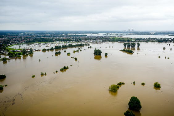 Verlopende oevers van De Maas en de Hambeek in Roermond. In diverse wijken worden bewoners opgeroepen te vertrekken vanwege de oplopende waterstanden. Het noorden van Limburg maakt zich op voor wateroverlast.