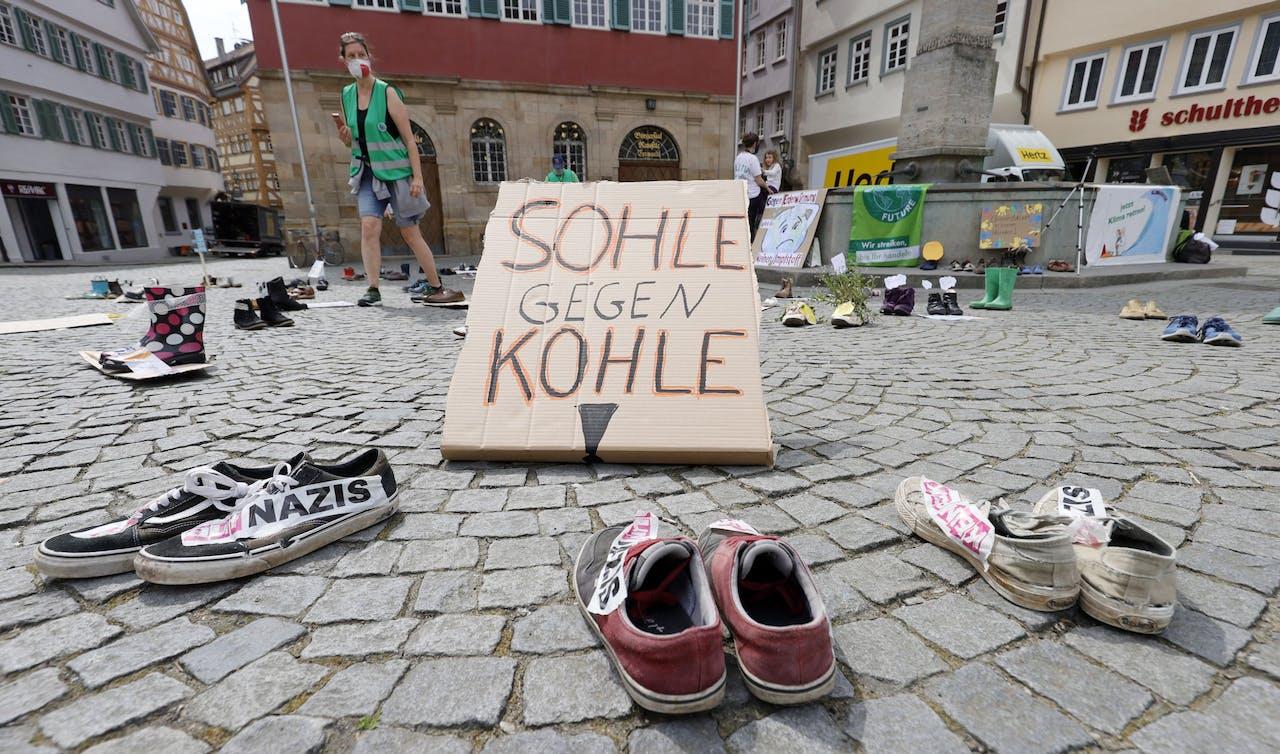 Een klimaatdemonstratie in het Duitse Esslingen met een vreemde aanblik door de coronaregels die ertoe verplichten om voldoende afstand van elkaar te houden.