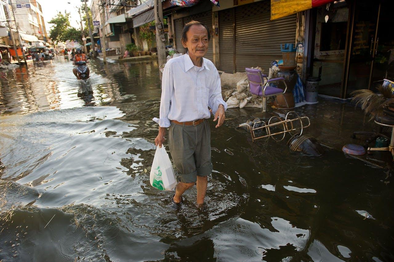 Een overstroming in de miljoenenstad Bangkok. Een laaggelegen stad die met angst en beven uitkijkt naar een flinke stijging van de zeespiegel.