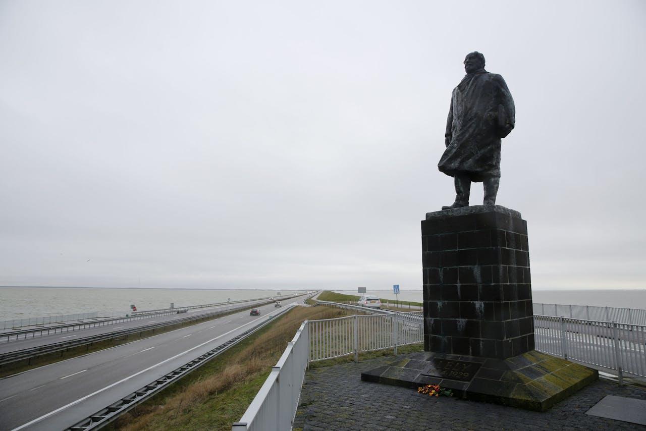 Het Standbeeld van Cornelis Lely, gemaakt door beeldhouwer Mari Andriessen, op de Afsluitdijk.