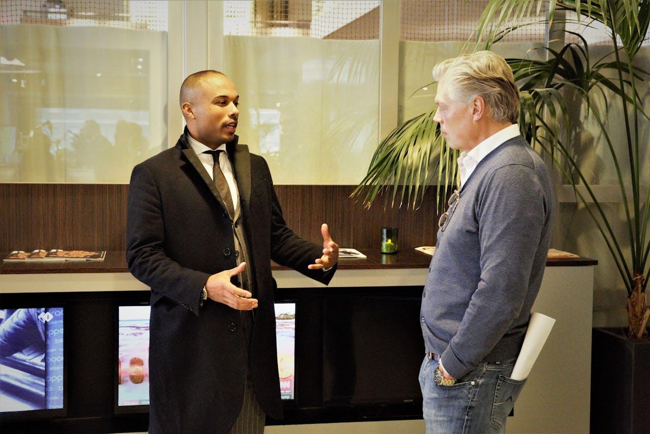 Vito Shukrula in gesprek met Roelof Hemmen, voorafgaand aan de uitzending.