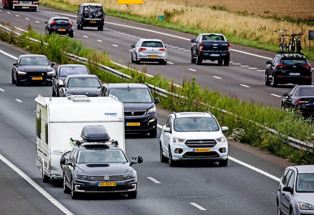 Veel vakantieverkeer op de snelwegen met campers en caravans op weg naar hun vakantiebestemming in Nederland of Europa. Caravans en campers op de snelweg op weg naar hun vakantiebestemming in binnen- of buitenland.