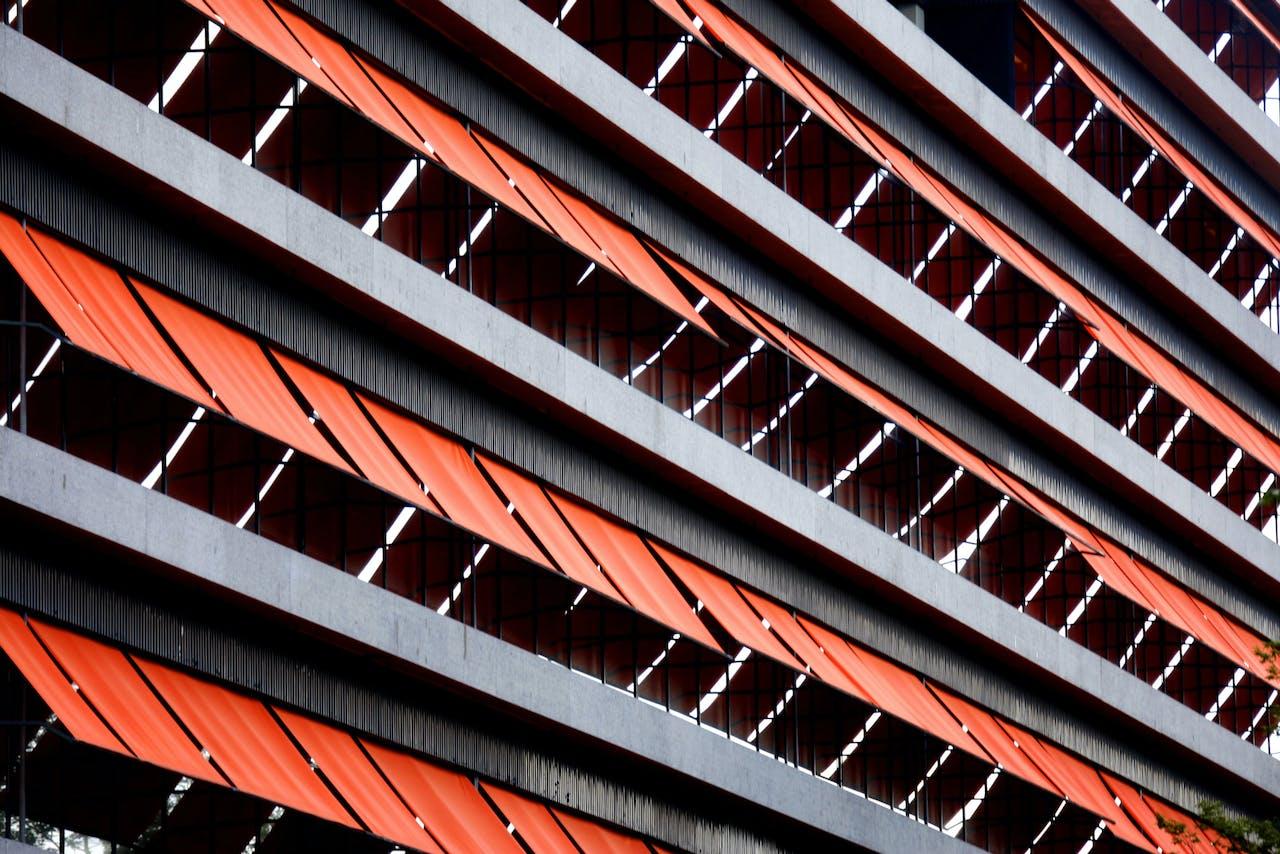 Zonwering op het Jaarbeursgebouw in Utrecht.
