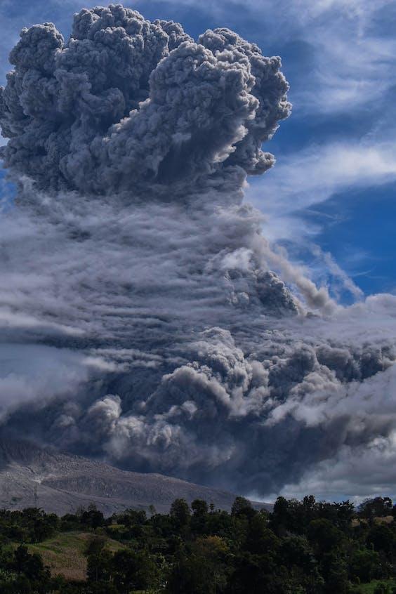 De Sinabung vulkaan spuwt nu een grote aswolk de lucht in.