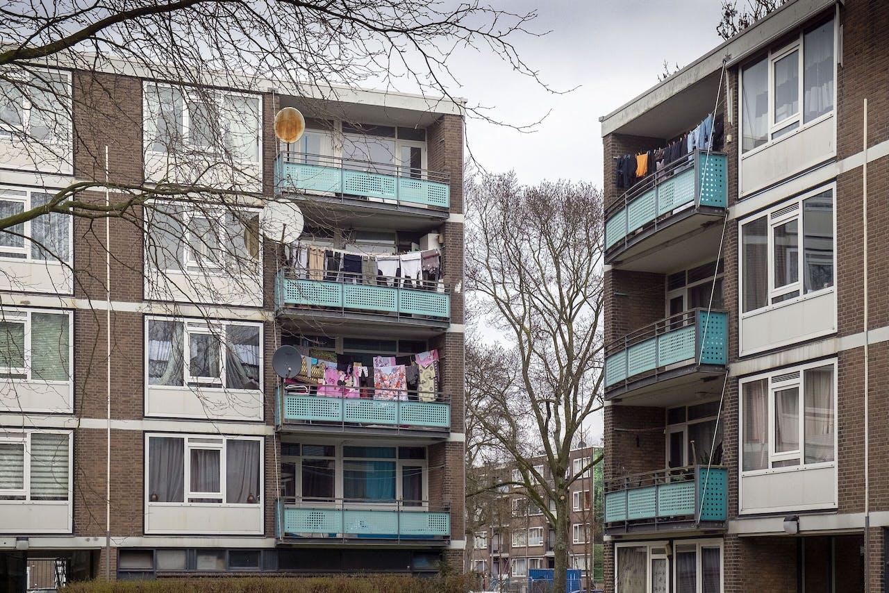 Armoedige galerij flats in de wijk Schiebroek Zuid in Rotterdam.