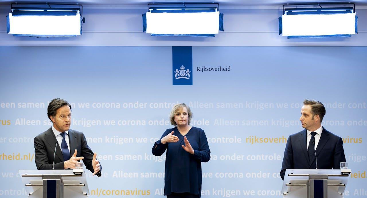 Minister-president Mark Rutte en minister Hugo de Jonge (Volksgezondheid, Welzijn en Sport) tijdens een persconferentie over de coronamaatregelen. De avondklok wordt verlengd omdat het kabinet de maatregel nodig denkt te hebben om ruimte te creëren voor andere versoepelingen.