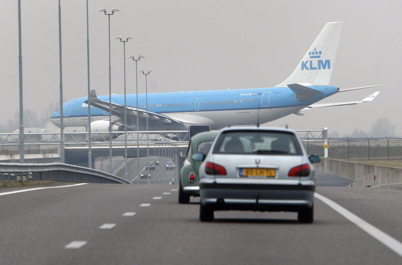Een KLM-toestel passeert de A5 snelweg.