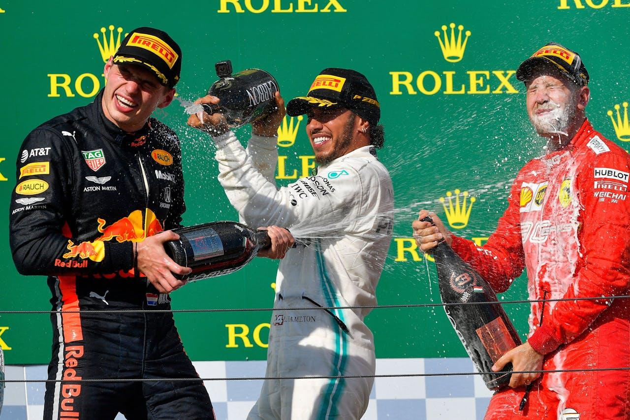 Max Verstappen op het podium van de GP in Hongarije.