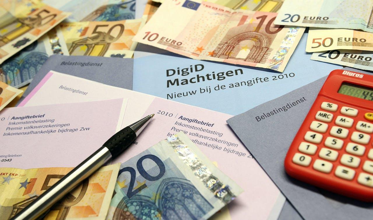 DEN HAAG - Voor 1 April 2011 moet de aangifte over 2010 weer bij de belastingdienst binnen zijn. ANP XTRA LEX VAN LIESHOUT