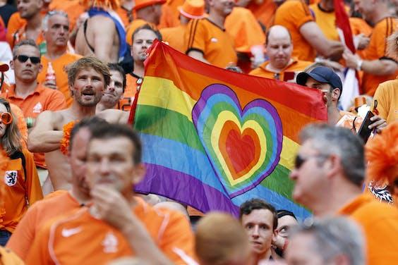 BOEDAPEST - Supporters Nederland met regenboogvlag tijdens de UEFA EURO 2020 wedstrijd tussen Nederland en Tsjechië in de Puskas Arena op 27 juni 2021 in Boedapest, Hongarije.