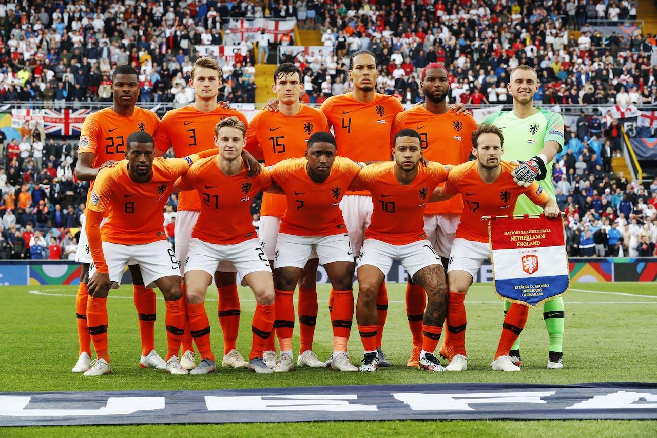 Spelers van het Nederlands elftal voorafgaand aan de wedstrijd tegen Engeland tijdens de Nations League Finals tussen Nederland en Engeland.