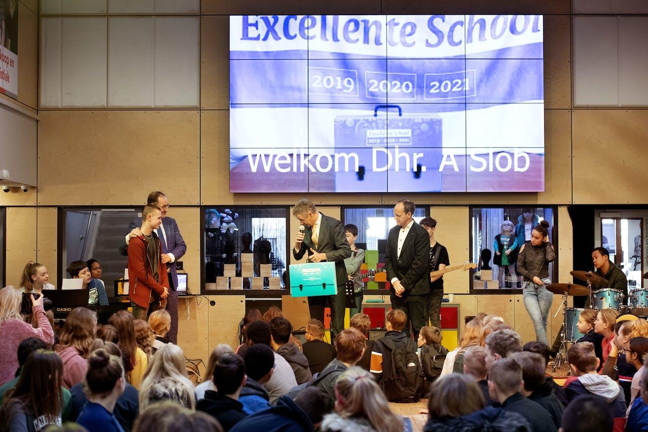 Minister Arie Slob overhandigde vorig jaar het predicaat excellente scholen aan GsG Het Segment