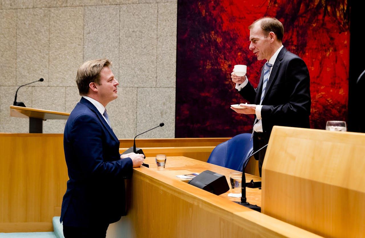 Pieter Omtzigt (CDA) praat met Menno Snel, staatssecretaris van Financien, onder meer verantwoordelijk voor de Belastingdienst.