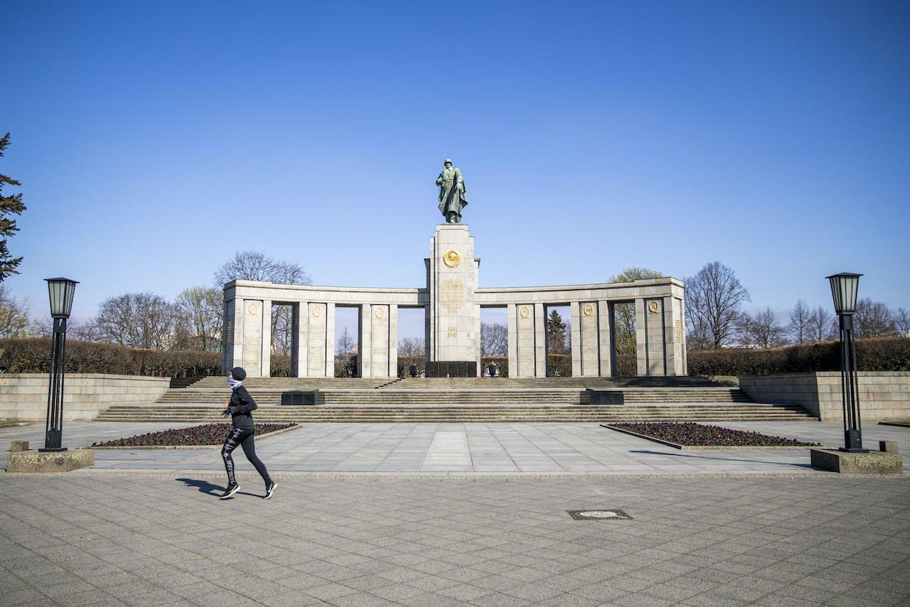 Een eenzame jogger passeert het Sowjetische Ehrenmal Tiergarten, vlakbij Brandenburger Tor. Odd ANDERSEN / AFP