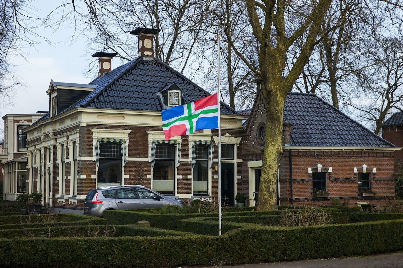 Bij een woning in Loppersum hangt de Groningse vlag halfstok als stil protest tegen de gaswinning.