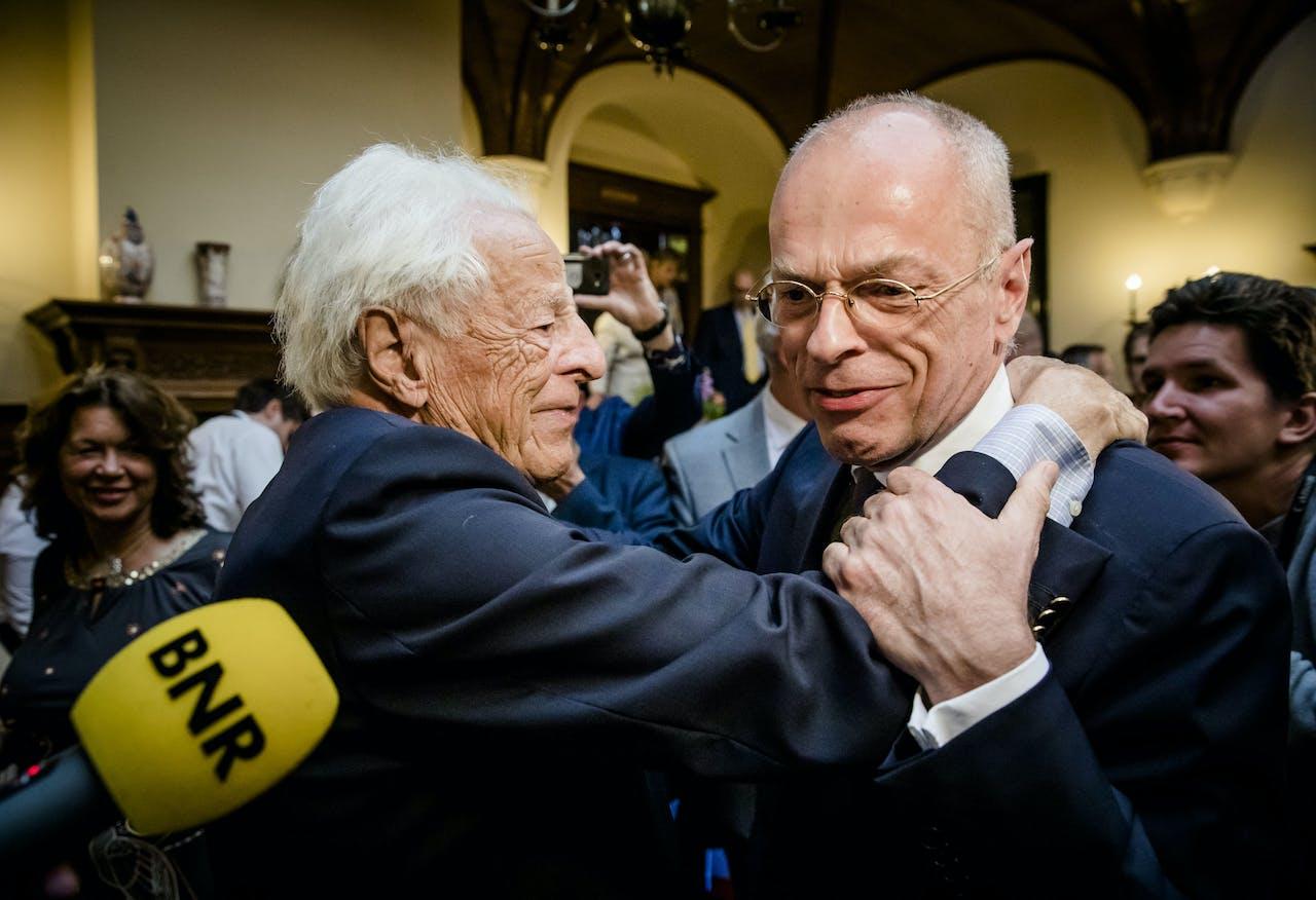 Jan Anthonie Bruijn wordt gefeliciteerd door zijn vader nadat hij is verkozen tot voorzitter van de Eerste Kamer.