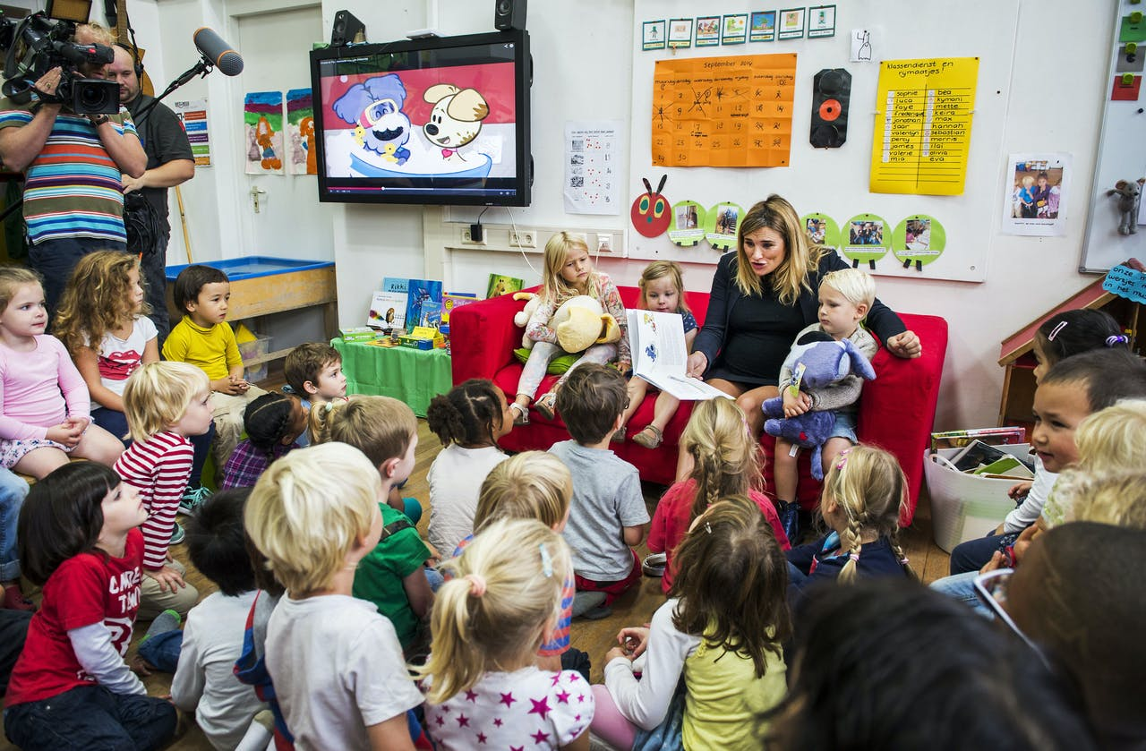 AMSTERDAM - Hoogzwangere Lieke van Lexmond leest voor tijdens het Woezel en Pip voorleesrecord. ANP REMKO DE WAAL