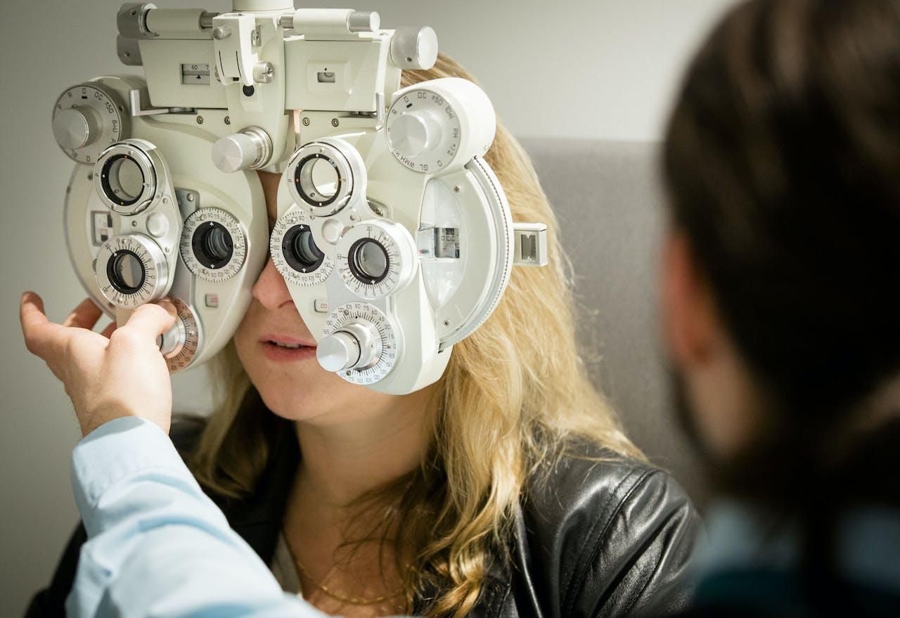 Een oogmeting bij de opticien.