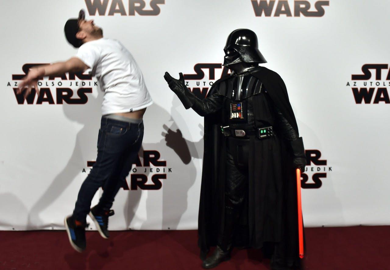 Zelfs op een rode loper moet je oppassen voor de duistere krachten van Darth Vader.