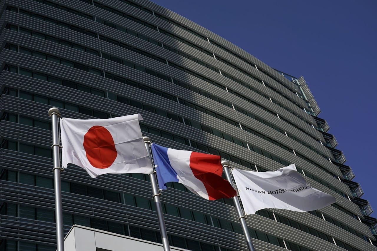 Voor het hoofdkantoor van Nissan in Yokohama wappert nu al de Japanse en de Franse vlag. De twee bedrijven werken al samen. EPA/FRANCK ROBICHON